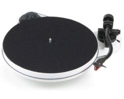 Pro-Ject RPM 1 Carbon analóg lemezjátszó fehér Ortofon 2M-RED hangszedővel